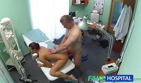 Entrenador masajes ansiosos vesinas lesvianas coño, afeita, partes y empuja el pulgar en la vagina
