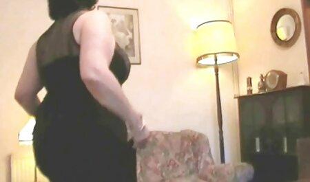 Abuelo atrapado con ambas manos cojiendo a mi vecinita después de la ducha y tratamos de masturbarse, pero una mamada de su cabeza