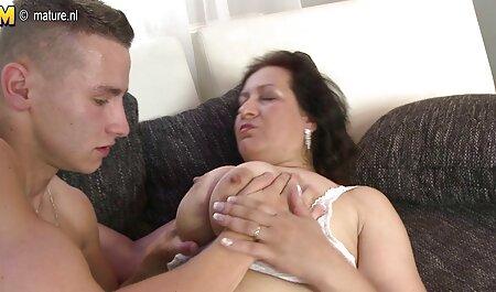 Una puta escondiendo la vida de su amante en la vecinaxxx una casa de putas se estira frente a muchos miembros