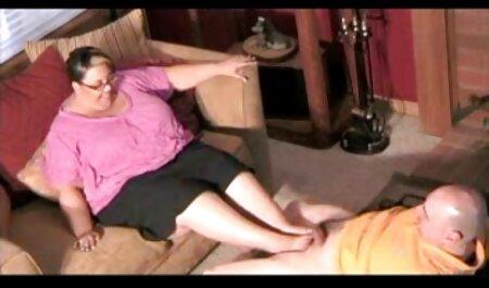 Los transeúntes se sorprendieron al ver a una chica rubia con un adolescente y un micrófono vecina videos xxx en la mano en la acera.