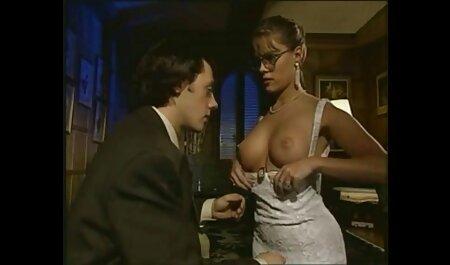 Mujer joven lubrica el ano, tira de un condón en un pepino de longitud y lo puso en un videos caseros de vecinas