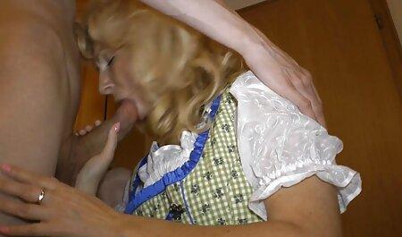 Hermana grita en el baño sin ella, y follando con las vecinas ella miró en el culo con ojos de amor