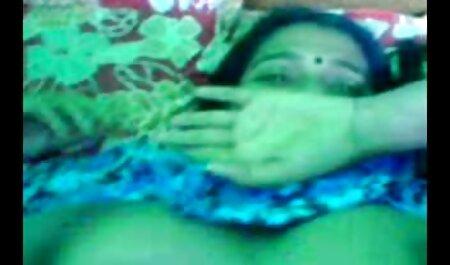 Japonés dulce chica en videos xxx de la vecina máscara, digitación con dedos que sobresalen labios mojados