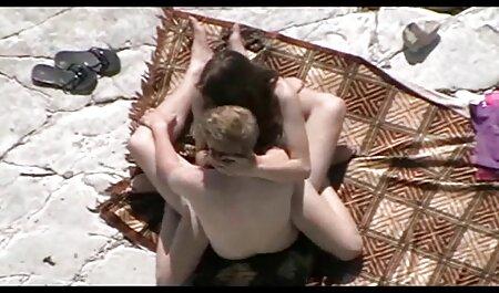 Papá dio vecinas lesvianas bagatelas sueño en colorido Dirección general de la cama con la hija de su medio desnudo, acostado a su lado bajo la manta