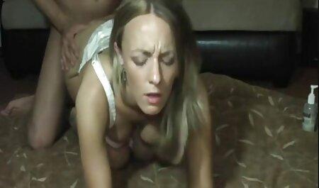 Encontré a una hermana con un juguete cuadrado palpitando en su vagina tratando de cojiendo la vesina lograr un orgasmo que no es real