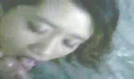Masefaka frotando a una mujer puso la cojiendo mi vecina bolsa en su cabeza y atornillado con una silla en la vagina.