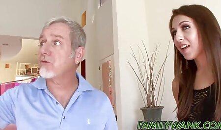Mujer italiana de pie y apretando, agarrar cojiendo vecina infiel un retorcido anal que está lleno de gritos histéricos