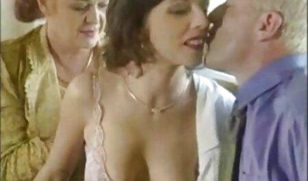 Svitlana pide a su hermana cogiendo con la vecina xxx que se frote la espalda mientras está en el baño con jabón vaginal