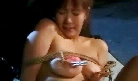 Un temblor anciano jugando con la aspiradora aprieta un poco más que un pollo sexo casero con vecinas en un tubo