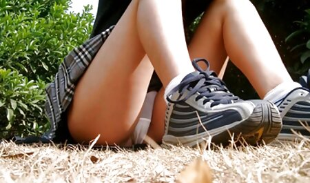Ella sacó la ropa de una chica cerca del fregadero con miembros de fuera, la vecinaxxx y obligado a correrse