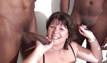 Fluyendo fuera de su vagina, después de sexo caliente, señora vecinas folladoras sentada en la silla y meando en la casa
