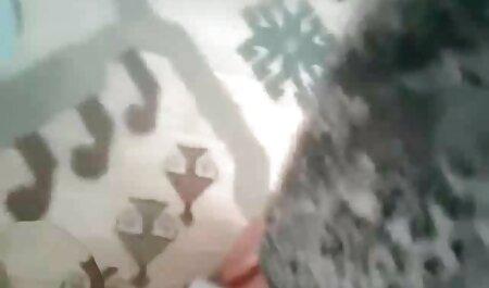 Sexo con respiración, un miembro entre vecinas folladoras sus piernas y golpeando su palma