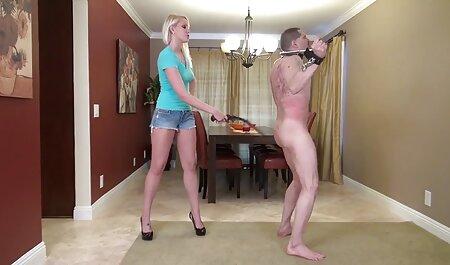 Después de entrenar por excelencia en el gimnasio, morena quiere sexo e hijo a su lado, ella estará muy feliz de ayudar a esto follando con mi vecina mayor y después del masaje, lo golpeó en, por ella