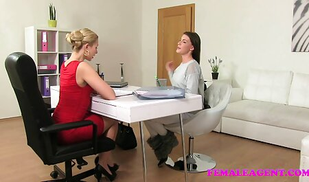 El Director del futuro la espía desnuda en el dormitorio con cojiendo vesinas una cámara en la mano y fuma momentos difíciles