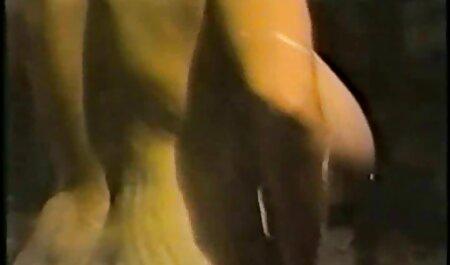 Jugando ojos negros vecinas lesvianas están fuera de sus bragas y dedos pegados en su coño mojado