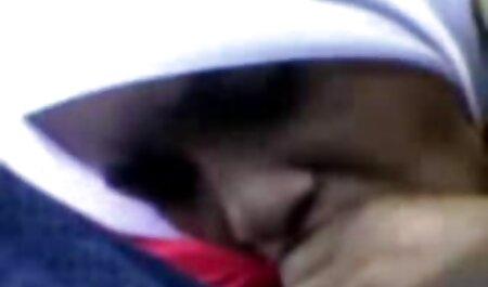 Clientes que rasgaron a su madre adoptiva en la boca con un pollo retorcido y sexo vecina madura están en la parte superior de su pecho.