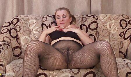 Ella acarició su coño rosado de su novio mientras los padres miraban la televisión en xxx con su vecina la otra habitación