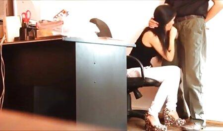 En la casa amarilla, una chica mordiendo vecinas lesbianas follando lejos de sus padres en el sofá hermandad gilipollas
