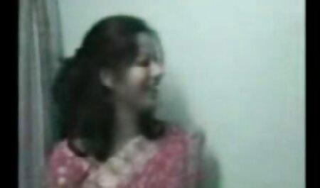 Chica rubia con gran coño mi vecinaxxx en una silla de oficina en un apartamento en alquiler