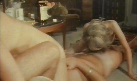 La chica alargada, el pene grande saliendo del programa en la pared y poniendo sus tetas en él video porno de la vecinita tiene antojo