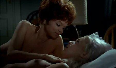 Él salió de sus bragas, su esposa dormida, se acostó junto a ella y puso un miembro cojiendo vesinas en el coño peludo