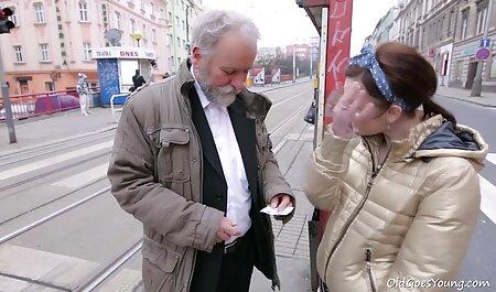 Zulfia en mi vecinaxxx público para un turista y deja que tus dedos toquen tu camisa