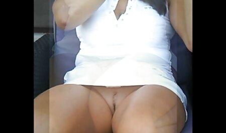 Una mujer en la cocina con un delantal al lado del fontanero que vino a arreglar un videos xxx de mi vecina grifo