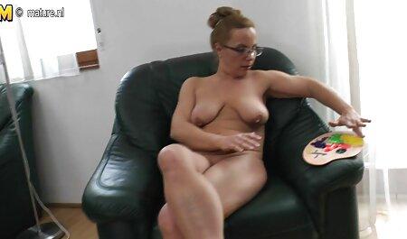 Afeitado, afeitado, con una mujer sentada cuidadosamente en máscaras en la silla ginecológica vecina sex mex