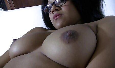 En una playa nudista, una mujer desnuda la espera, La elegida ha venido a tomar el video xxx vecina sol