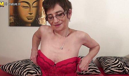 La gente baja de pequeño videos xxx vecina a culo, sus caderas descansando sobre sus hombros y amasando su vagina