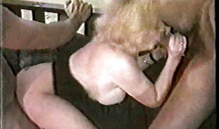Estúpido sexo casero vecinas tío maldito sobrino en el sofá, levantó las piernas detrás de la cabeza, y sintió sus tetas