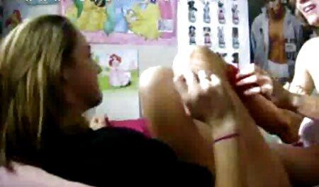una chica rusa en bragas rosadas y camisa simplemente se funde en este chico cojiendo mi besina mientras lo besaba suavemente y pela la piel para hacerle crecer un agujero y ella